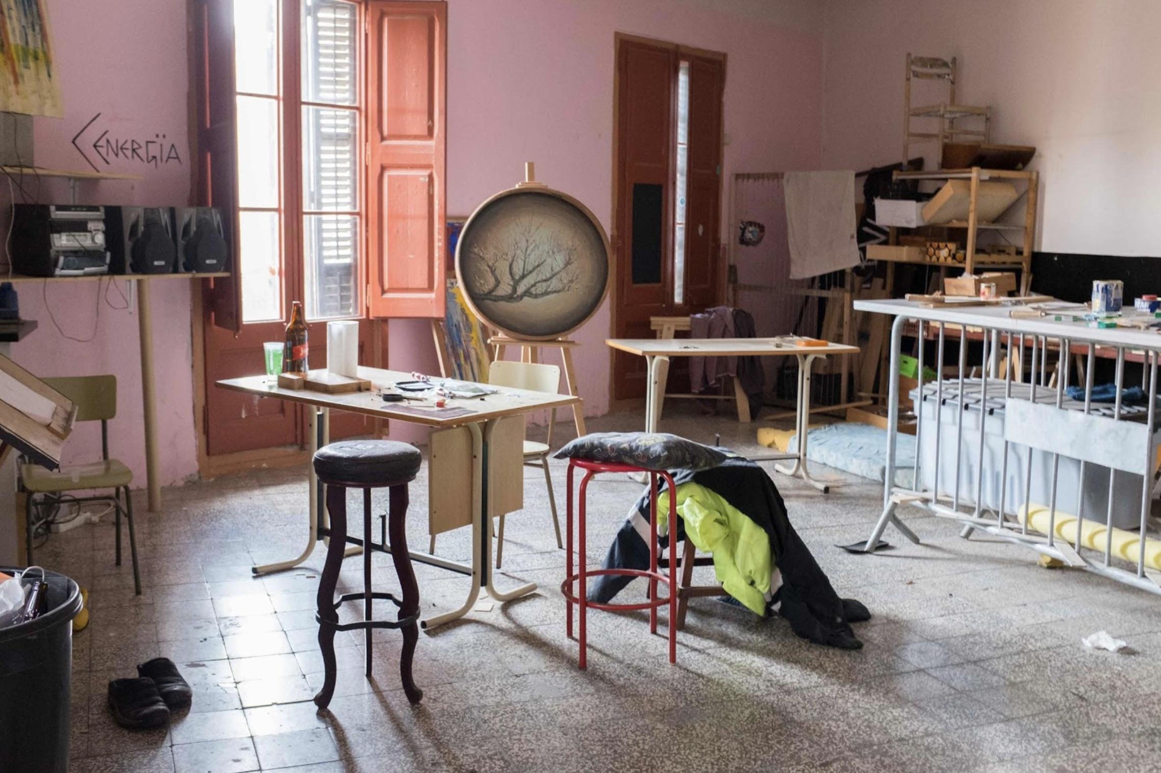 L'atelier d'Art de la Résidence étudiante autogérée (REA) de l'Okupa du 9 Passatge de Sant Bernat. Barcelone. Novembre 2017. © Lotfi Benyelles